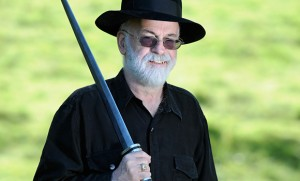 Tery Pratchett kılıcıyla birlikte.