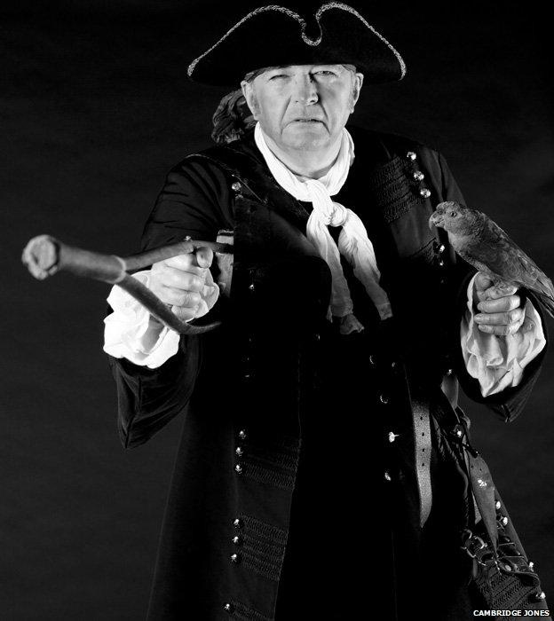 Philip Pullman, Hazine Adasın'dan Long John Silver  kostümünde.