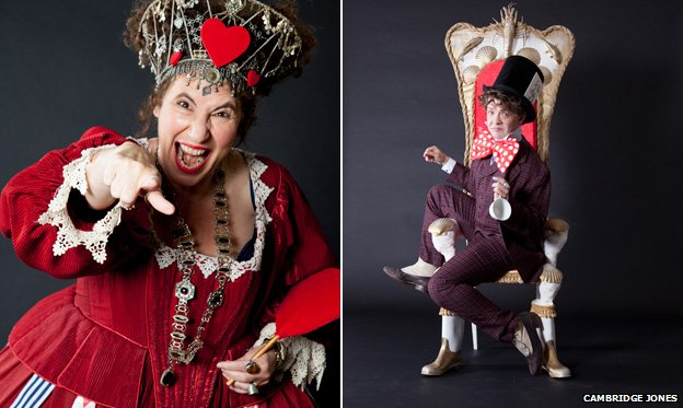 Francesca Simon ve Stephen Butler, Alice Harikalar Diyarı'ndan Kupa Kraliçesi ve Çılgın Şapkacı kostümünde.