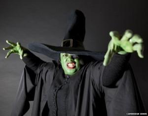 Malorie Blackman, Oz Büyücüsü'nden Batı'nın Kötü Cadısı kostümünde.