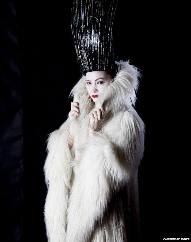 Holly Smale, Narnia Günlükleri'nden Beyaz Cadı kostümünde.