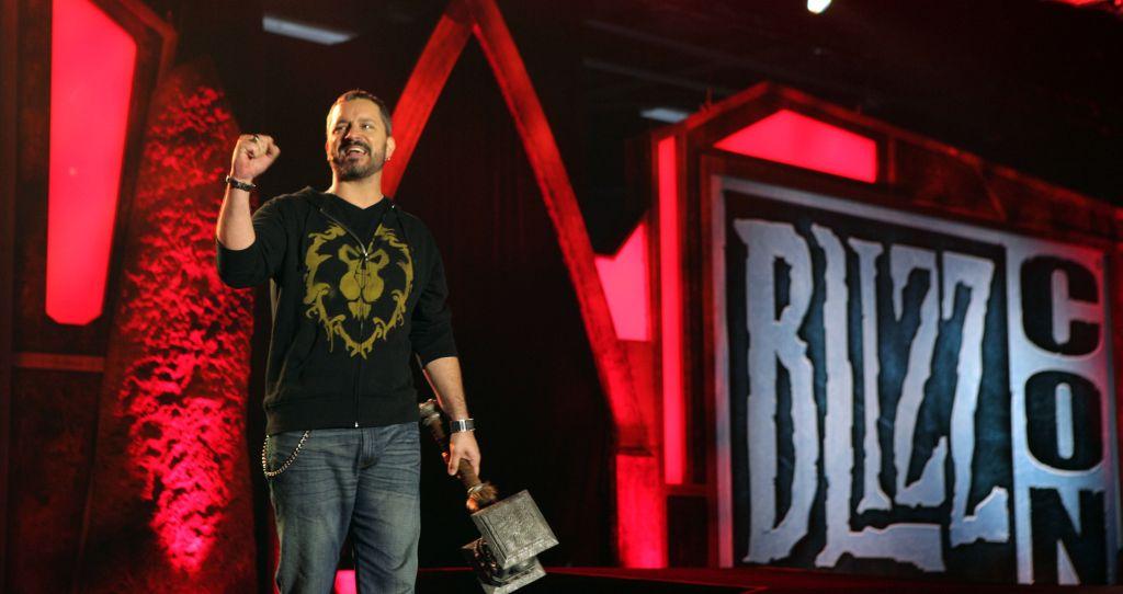 Üstünde Alliance arması ve elindeki Doomhammer ile Warcraft'ın yaratıcı babası: Chris Metzen