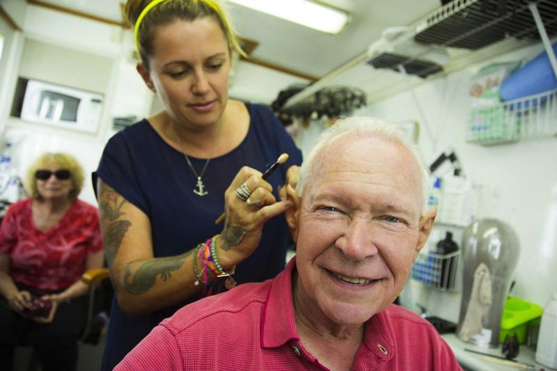 Serinin yaratıcısı Terry Brooks da dizide görünecek. Terry Brooks'un makyajı yapılırken.