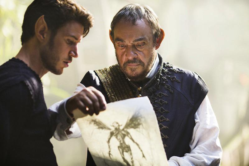 Kral Eventine'i canlandıran John Rhys-Davies ve dizideki oğlu Ander, Amberle ve Seçilmiş hakkında konuşurken.