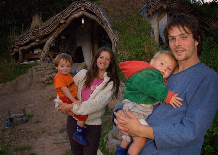 hobbit-house-5000-dolar-hobit-evinde-yasayan-aile-1