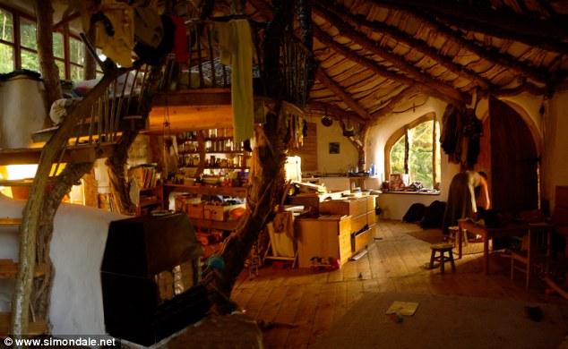 hobbit-house-5000-dolar-hobit-evinde-yasayan-aile-12